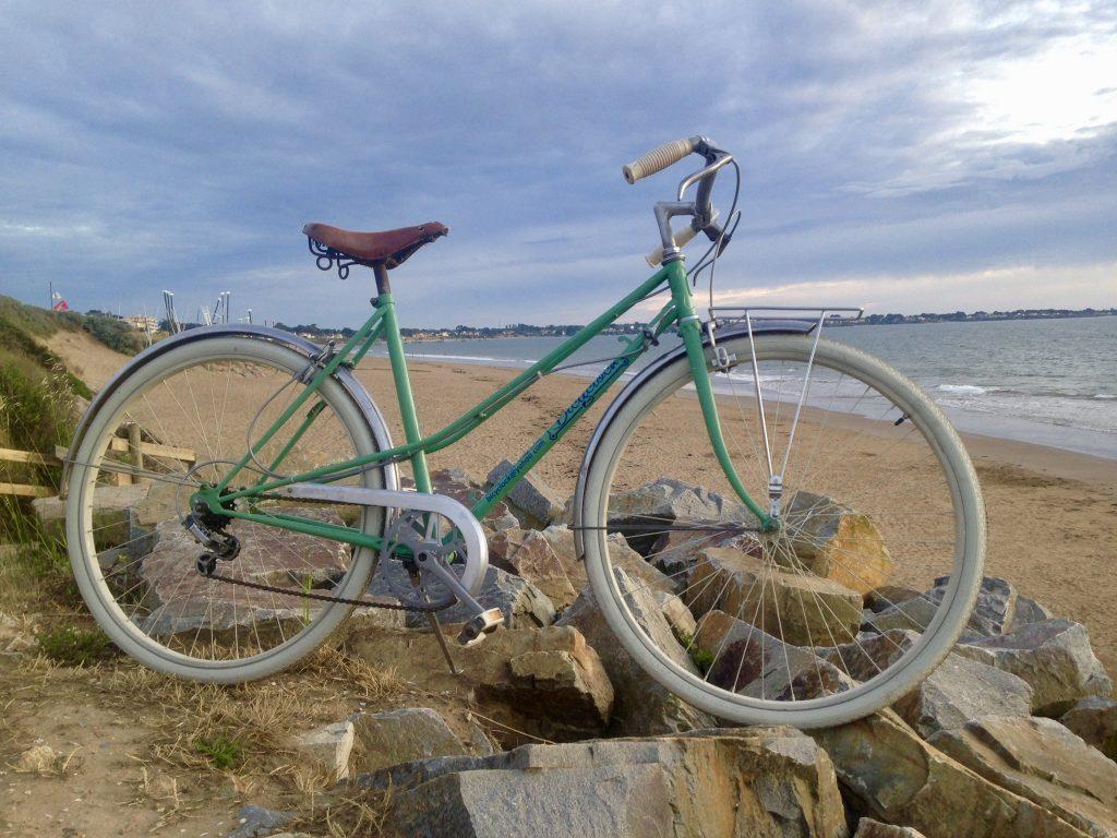 Vélo de location femme Bicyclock de couleur verte à Saint Michel Chef Chef