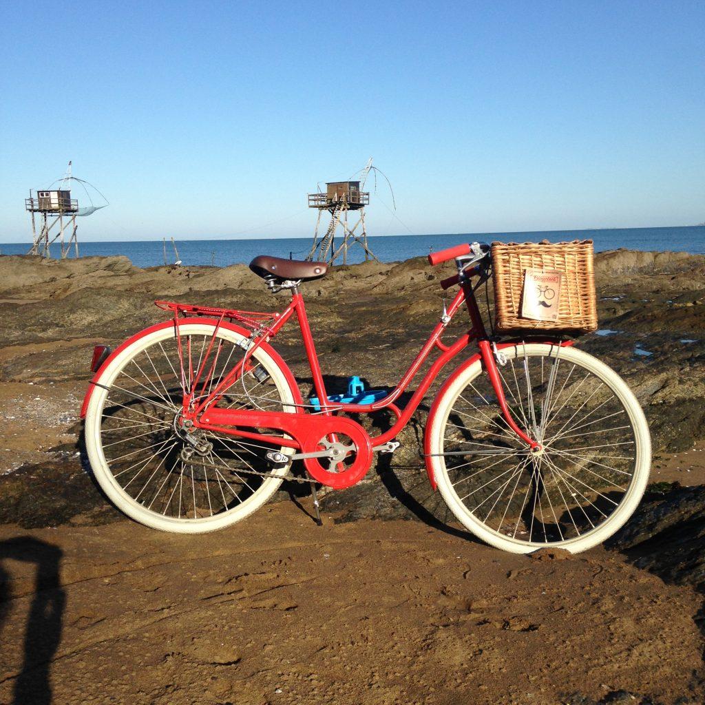vélo rouge avec panier en osier intégré