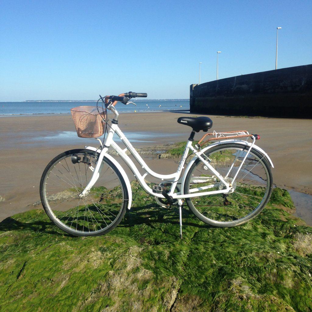 vélo à louer chez bicyclock adulte avec panier avant intégré